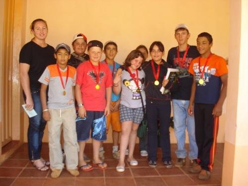 Diretora da Escola José Bonifácio com a equipe vencedora do educandário.